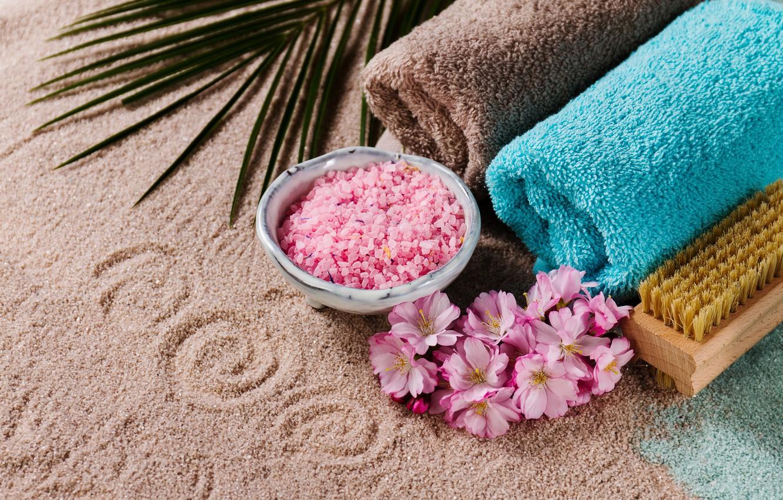 Фото обои песок, цветы, полотенце, щетка, соль