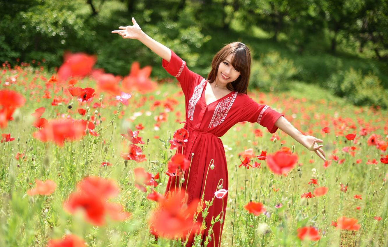 Фото обои поле, лето, взгляд, улыбка, мак, платье, азиатка