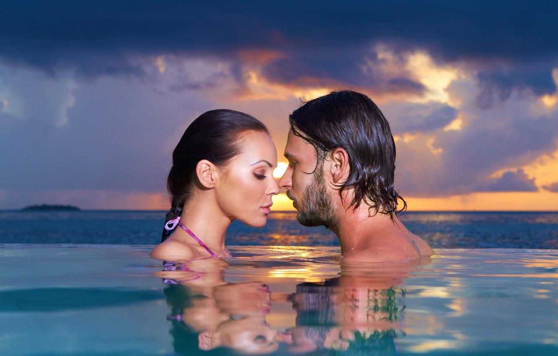 Обои water, boy, proximity, touching them, woman, landscape, evening, sky, closeness, couple, Sunset, feeling, Swimming pool, mood, sensuality, close eyes, girl, Face. Настроения foto 6
