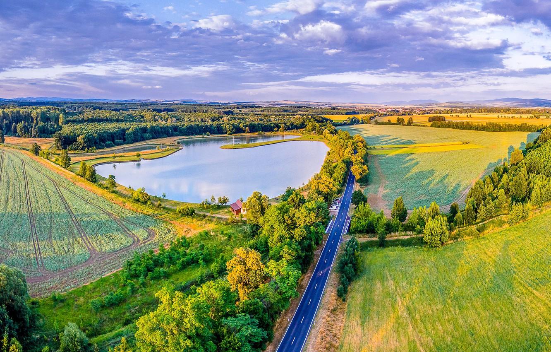 Фото обои дорога, зелень, солнце, деревья, озеро, поля, Чехия, панорама, леса, Moravsky Pisek