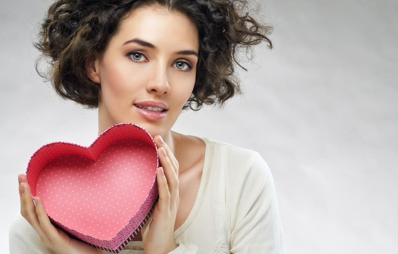 Фото обои поза, фон, коробка, сердце, макияж, прическа, шатенка, красотка, День святого Валентина, в белом