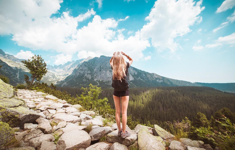 Фото в горах девушки со спины блондинки