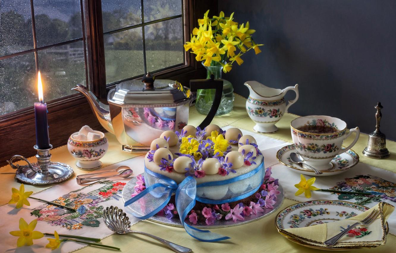 Фото обои цветы, чай, свеча, букет, чайник, тарелка, Пасха, чаепитие, кружка, чашка, торт, нарциссы, сервировка