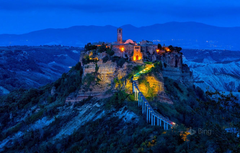 Фото обои ночь, огни, скала, башня, деревня, Италия, Чивита-ди-Баньореджо
