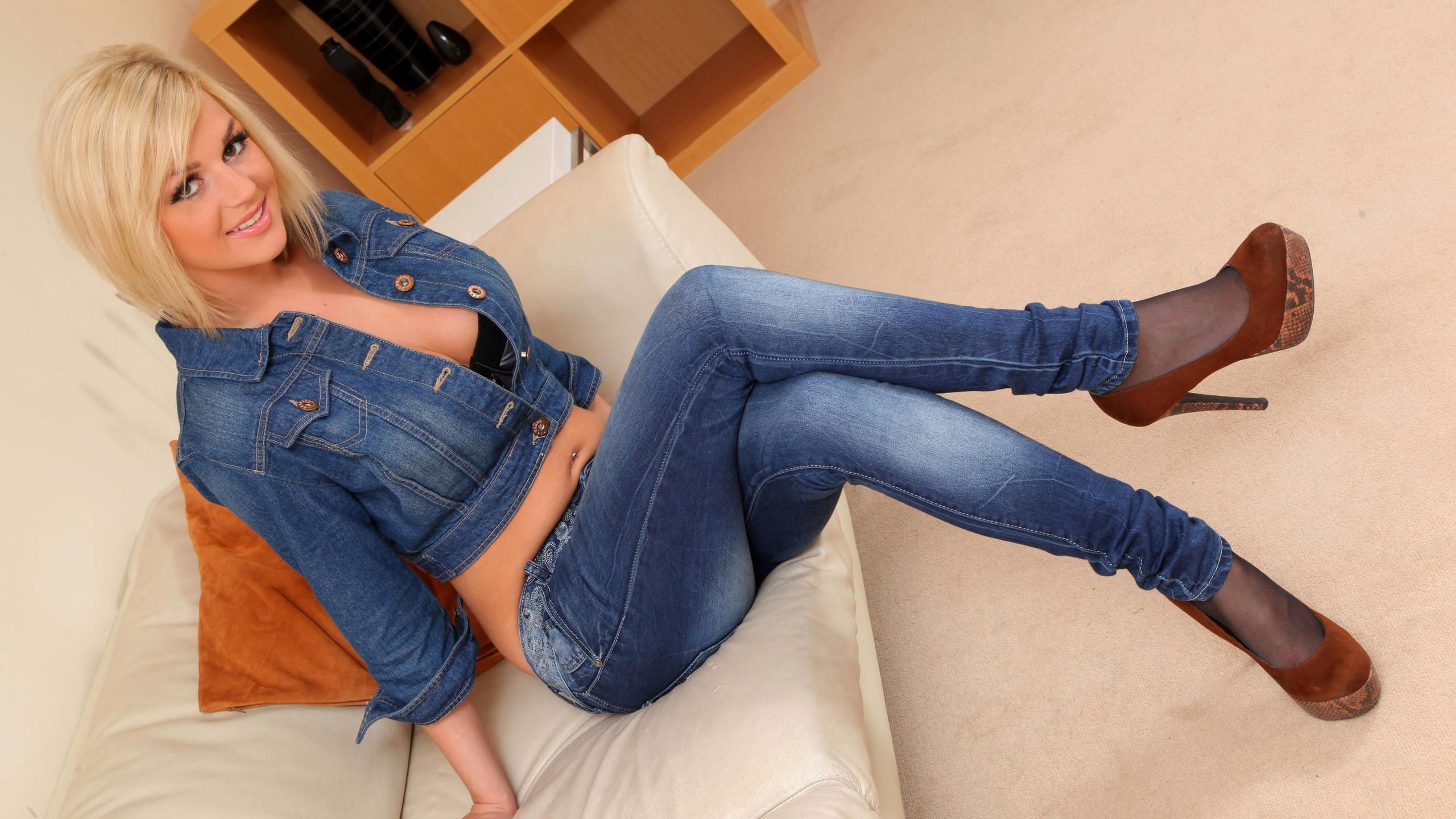 Смотреть русское ноги в обтягивающих джинсах стоит минута привате