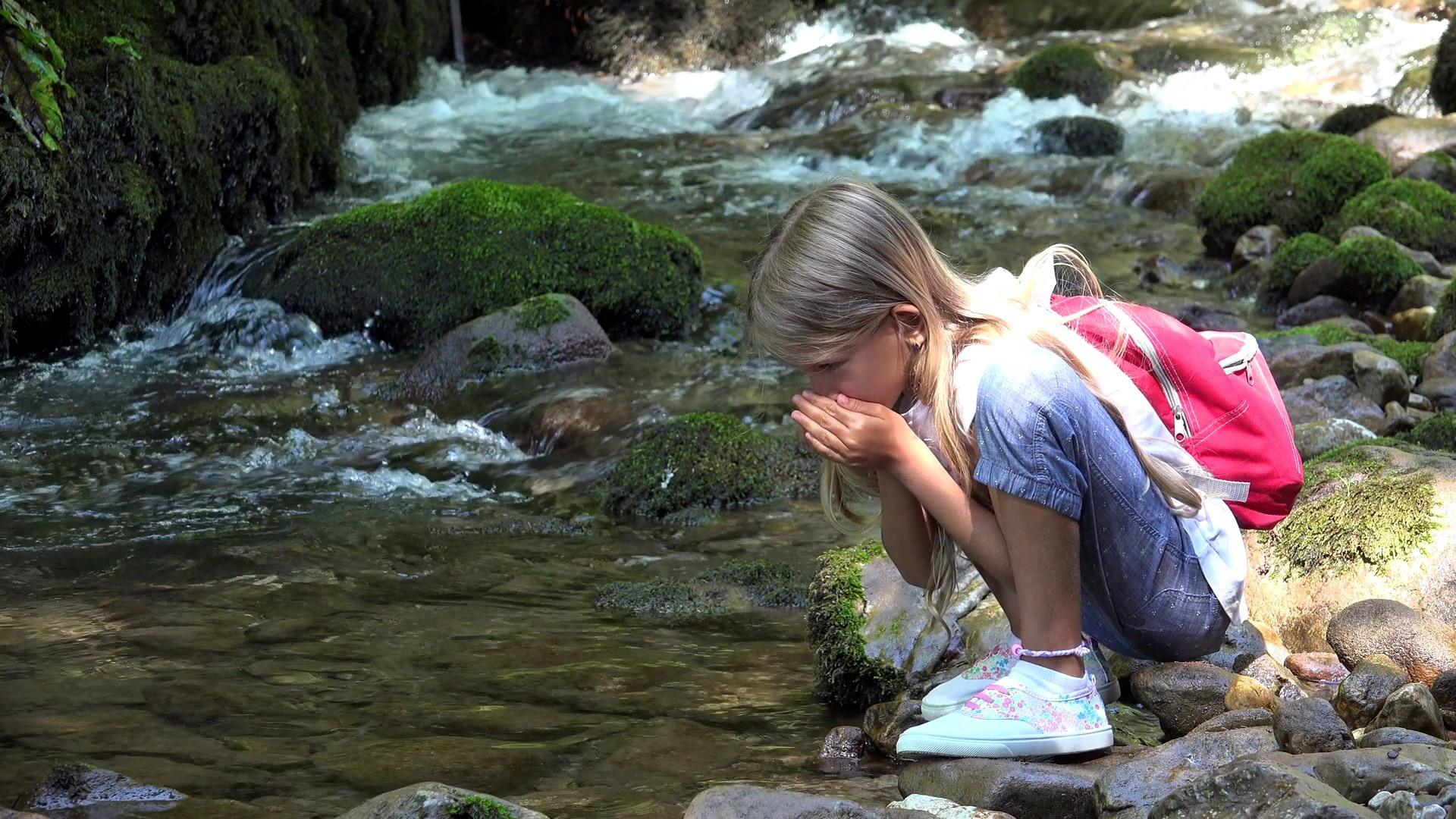 уединилась у реки она ищет