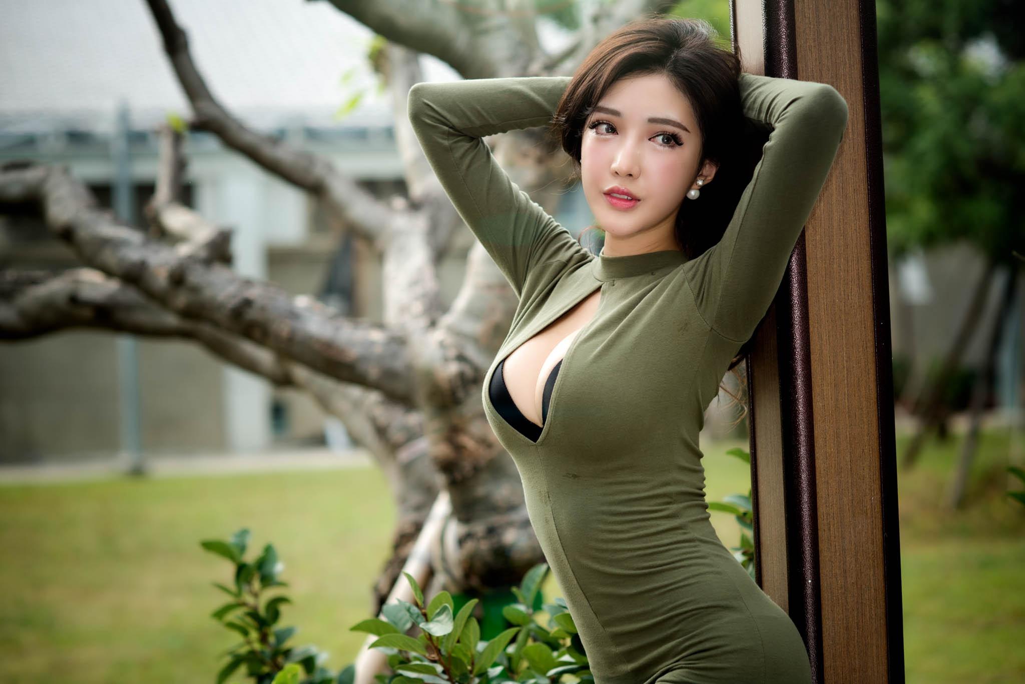 случаи красивая азиатка с большой грудью медленно ввел имитатор