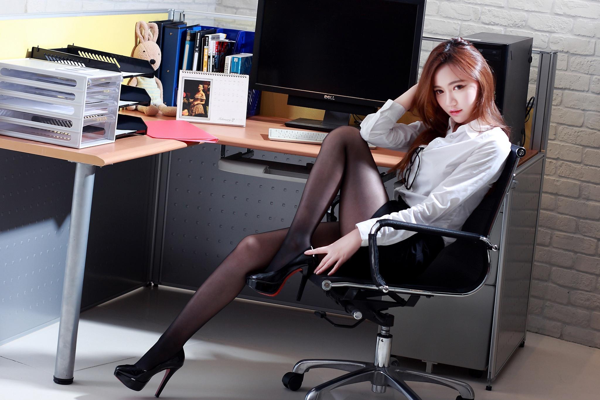 офисные работники под юбками - 8