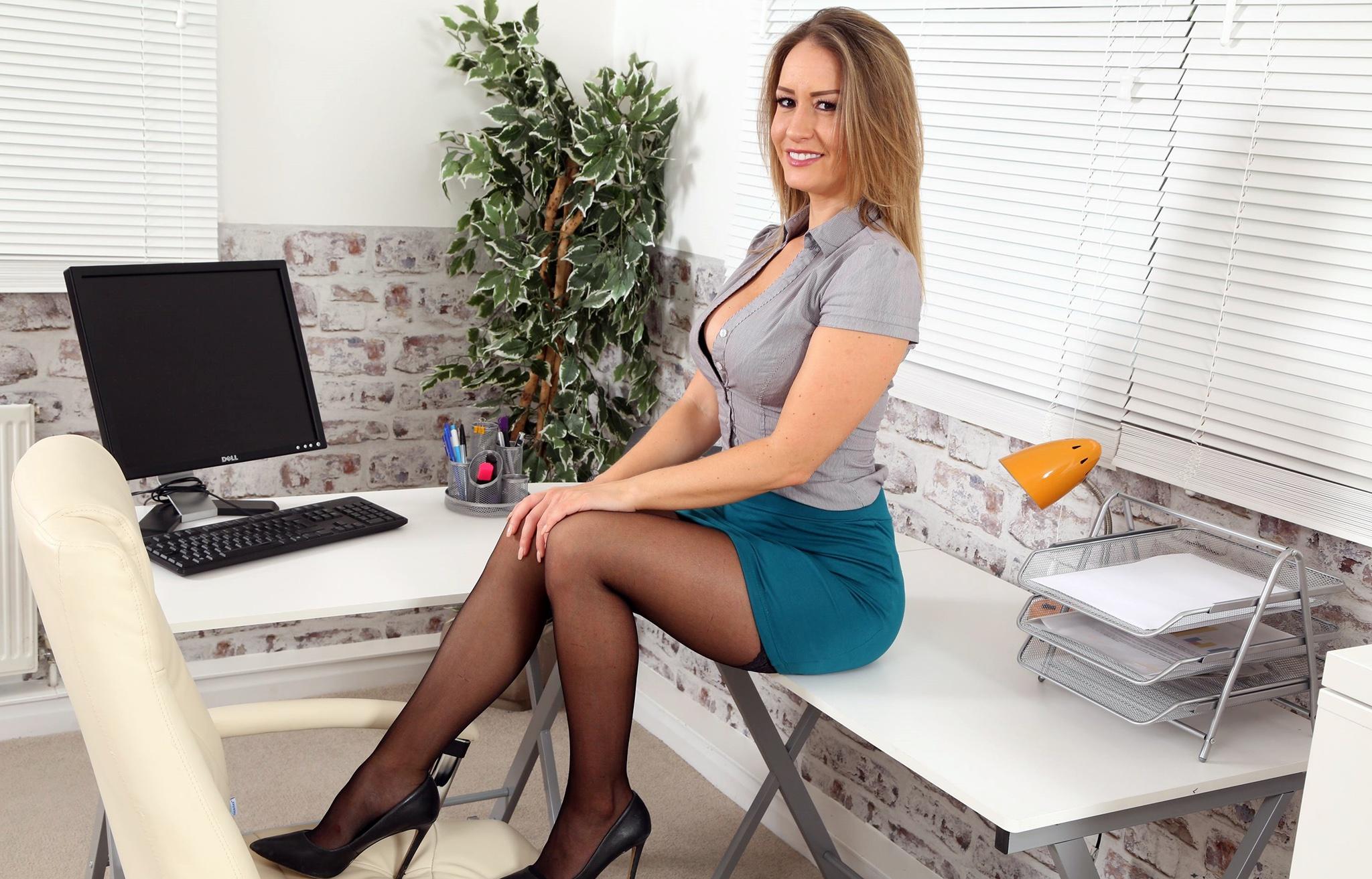 офисные работники под юбками - 2
