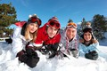 Картинка зима, небо, солнце, деревья, пейзаж, горы, природа, девушки, очки, четверо, перчатки, шапки, парни, лежат, на ...