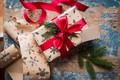Картинка коробка, подарок, ель, ветка, лента