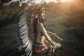 Картинка девушка, лицо, стиль, фон, перья, топор, головной убор