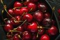 Картинка капли, плодоножки, вишня, контейнер, еда, урожай, вкусно, ягоды, сочная, черешня, алая, красная, коробка, много, темный ...