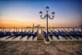 Картинка рассвет, пристань, утро, Италия, фонарь, Венеция, лагуна, набережная, Italy, гондолы, Venice