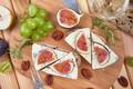 Картинка сыр, хлеб, орехи, зелень, инжир, виноград