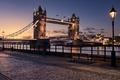 Картинка река, набережная, фонари, Tower Bridge, Великобритания, вечер, город, Англия, Лондон, скамья, Тауэрский мост, освещение