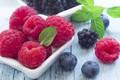 Картинка ягоды, малина, черника, ежевика, листья мяты
