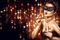 Картинка модель, маска, девушка, украшение, макияж, прическа, бокал шампанского, руки, взгляд, стиль