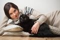 Картинка взгляд, животное, чёрная кошка, брюнетка, подушки, девушка, свитер, кот