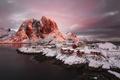 Картинка скалы, Норвегия, поселок, фьорд, дома, зима, снег, горы, свет, Лофотенские острова