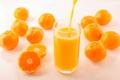 Картинка стакан, желтые, фрукты, струя, боке, мандарины, цитрусы, сок, оранжевые