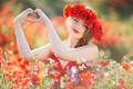 Картинка маки, луг, девушка, настроение, сердце, венок, руки, цветы