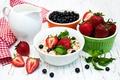 Картинка ягоды, еда, завтрак, молоко, черника, клубника, кувшин, мята, мюсли