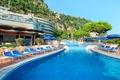 Картинка солнце, деревья, скалы, бассейн, Италия, зонты, отель, курорт, лежаки, шезлонги, Сорренто