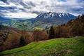 Картинка лес, долина, облака, весна, возвышенность, панорама, деревья, горы, склон, Италия, луга, поля