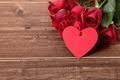 Картинка красные розы, heart, love, valentine`s day, roses, wood, romantic, gift, red