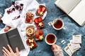 Картинка клубника, сэндвичи, завтрак, шоколад, блокнот, конфеты, чашка чая, чай