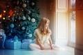 Картинка зима, комната, праздник, новый год, рождество, окно, девочка, подарки, ёлка, коробки