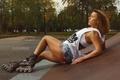 Картинка ролики, Denis Doronin, фитнес, девушка, майка, площадка, шорты, прическа, роликовые коньки, шатенка, деревья, фигура, парк, ...