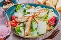 Картинка мясо, помидор, салат, пармезан