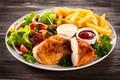 Картинка тарелка, мясо, овощи, картофель, соус, зелень, салат