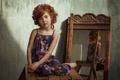 Картинка сарафан, зеркало, локоны, шатенка, табурет, венок, ребёнок, цветы, девочка