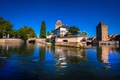 Картинка река, деревья, дома, Франция, Strasbourg, мосты, небо голубое, солнечно