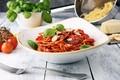 Картинка томаты, соус, спагетти, базилик, зелень, сыр, пармезан