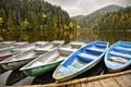 Картинка причал, горы, озеро, осень, лодки