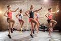 Картинка девушки, шорты, группа, упражнения, фитнес, фигуры, кроссовки, позы, спортзал, спортсменки, майки