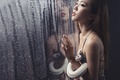 Картинка азиатка, капли, влага, настроение, стекло, змея