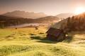 Картинка пейзаж, долина, трава, небо, рассвет, водоем, озеро, вершины, деревня, блики, туман, природа, свет, лучи, лес, ...